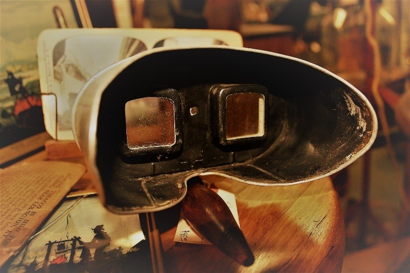 A stereoscope and its pictures